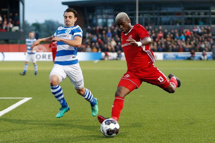 Leeroy Owusu (rechts) in actie tegen zijn nieuwe club De Graafschap