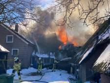 Oude boerderij in Elshof onbewoonbaar na verwoestende brand: oorzaak blijft waarschijnlijk onbekend