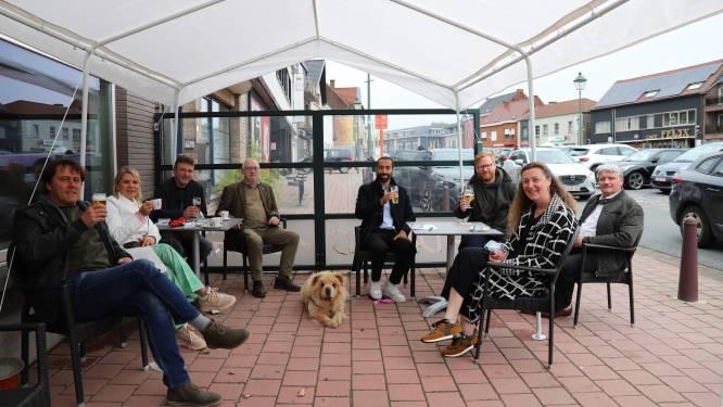 Sammy Mahdi doet een van zijn eerste terrasjes op het Marktplein in Galmaarden