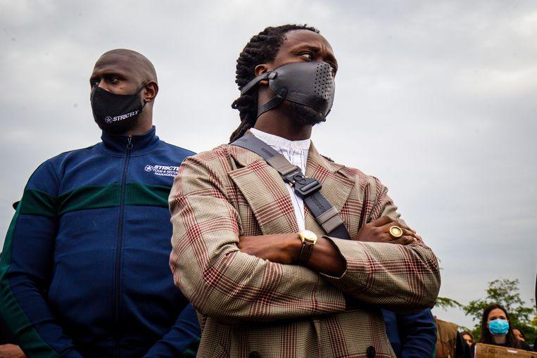 Rapper Akwasi (rechts) bij de Black Lives Matter (#BLM) demonstratie in het Nelson Mandela park in Amsterdam. Beeld Brunopress