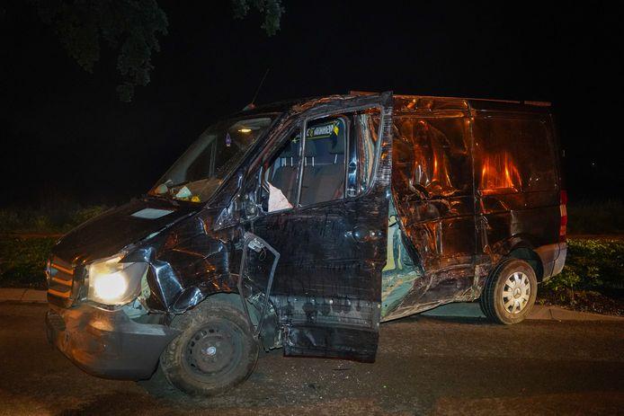 De zwaar beschadigde bedrijfsbus in Babberich.