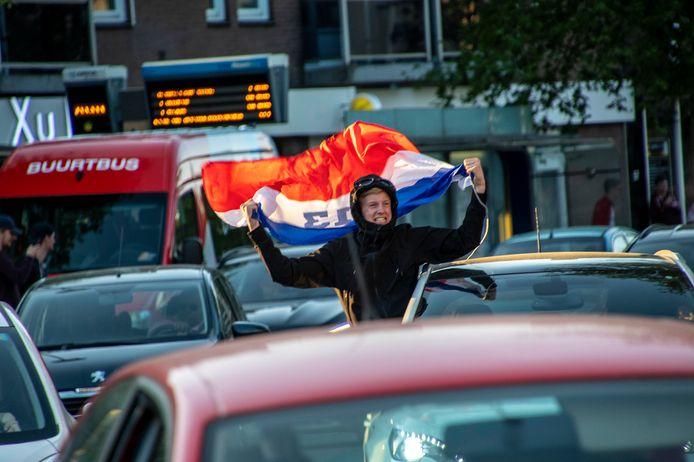 Willem II-supporters vieren feest vanuit de auto.