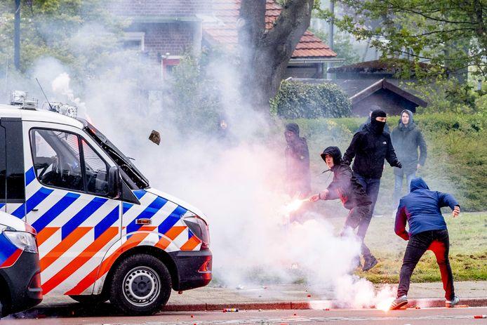 Jonge Feyenoord-aanhangers bekogelden zaterdag de politie met stenen en vuurwerk. Het was het begin van een crisisweekend.
