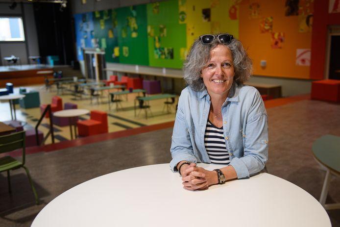 Monique van Dissel is 'coming out coach'. Ze begeleidt leerlingen die worstelen met hun seksualiteit. Ze is waarschijnlijk de enige in de regio, misschien wel in Nederland en vraagt er aandacht voor. Want het voorziet in een behoefte.