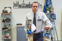 """Korpschef Patrick Feys bij twee flessen lachgas, die het voorbije weekend in beslag werden genomen. """"Door het nieuwe politiereglement kunnen we sneller en kordater optreden"""", zegt hij."""
