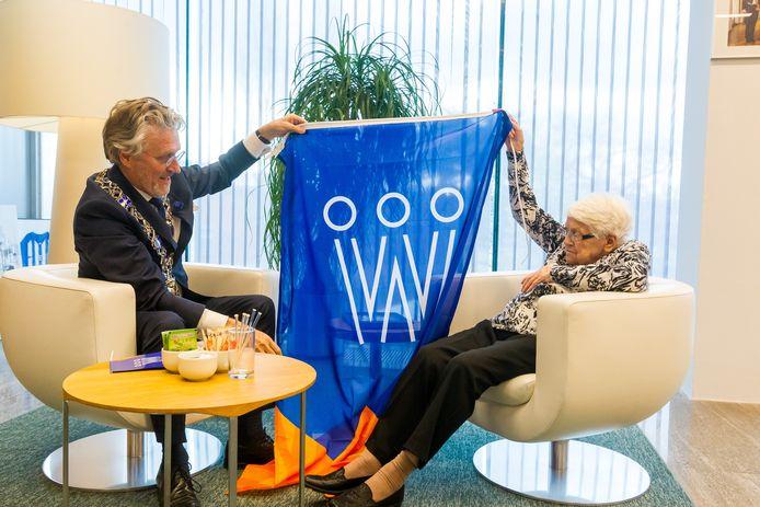 Mevrouw Klaver de Vries (105 jaar) ontvangt van de burgemeester een koningsdagvlag op het Stadhuis Eindhoven