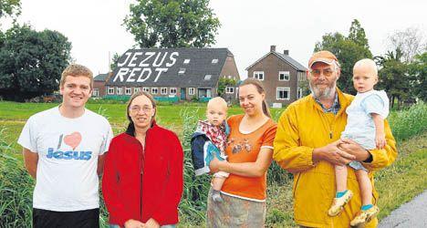 Vlnr. mede-evangelist Ruben Bikker, Petra van Ooijen, schoondochter Mariska met haar zoon Lael en Joop van Ooijen met kleindochter Rebekka. FOTO RICHARD VAN HOEK