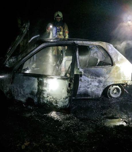 Auto totaal uitgebrand in Hengelo