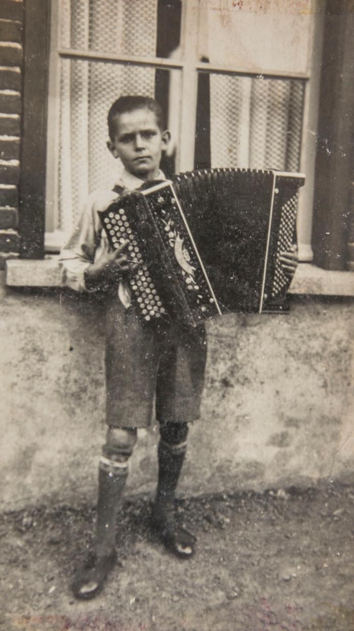 Addy Kleijngeld als jongen van twaalf voor zijn huis in 't Haagje.