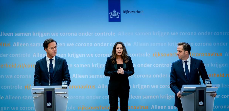 Premier Mark Rutte en minister Hugo de Jonge, met in het midden gebarentolk Irma Sluis, tijdens een van de vele coronapersconferenties.