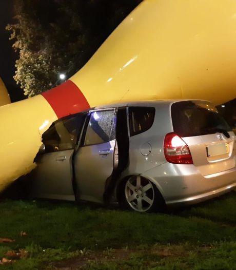 Automobilist botst tegen reuzenbowlingkegels in Eindhoven