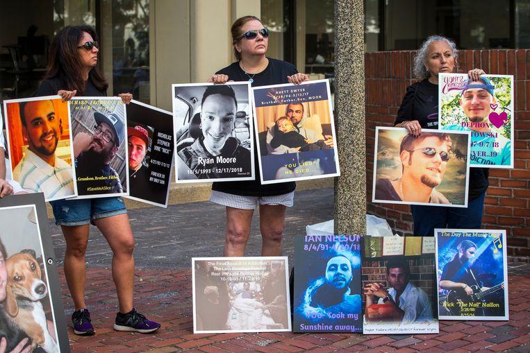 Foto's van slachtoffers van de opiatencrisis werden getoond bij het proces tegen Purdue.  Beeld Boston Globe via Getty Images