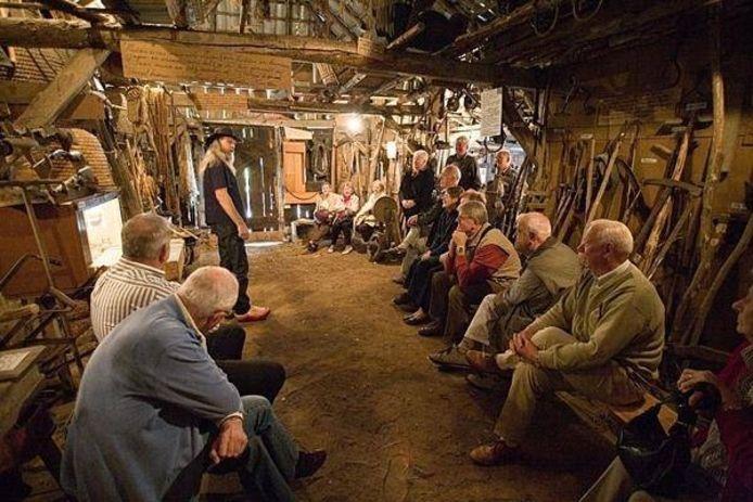 In de verhalenschuur bij de Lindenhof met verteller Jan Wagenvoort Foto Zuwent.nl
