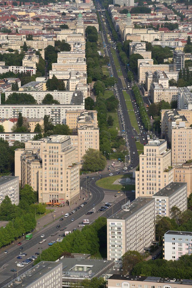 De monumentale Karl-Marx-Allee verbindt de Alexanderplatz met de Frankfurter Tor. Beeld Alamy Stock Photo