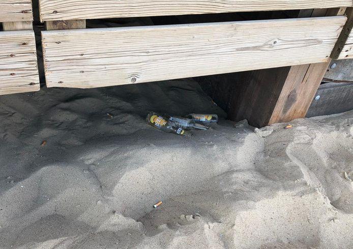 Strandhokhouders zijn boos over afval dat achterbleef na het feest.