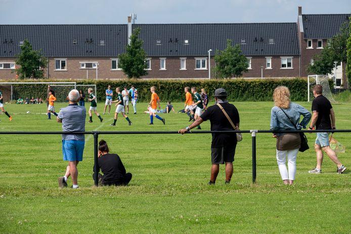 Na acht maanden is eindelijk weer publiek toegestaan bij sportwedstrijden, mits anderhalve meter afstand wordt gehouden.