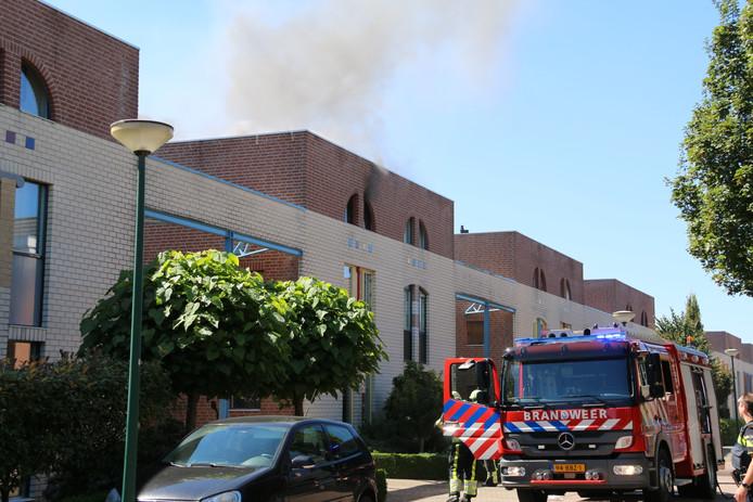 De brandweer is aanwezig om het vuur te blussen.