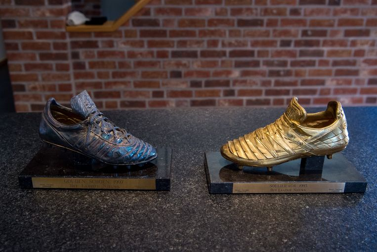 """Zijn Gouden Schoenen (1993, 1997) staan opgesteld bij hem thuis. """"Ik was de eerste Zweed die in het buitenland een individuele trofee pakte."""" Beeld Photo News"""