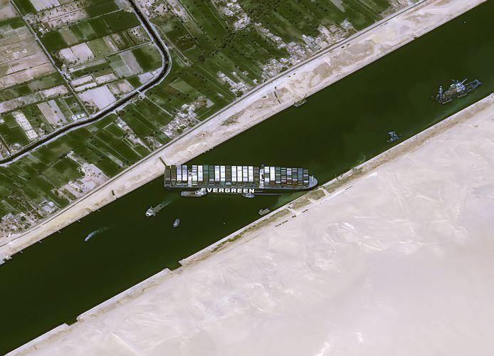 De Ever Given blokkeert sinds dinsdag het Suezkanaal in Egypte.