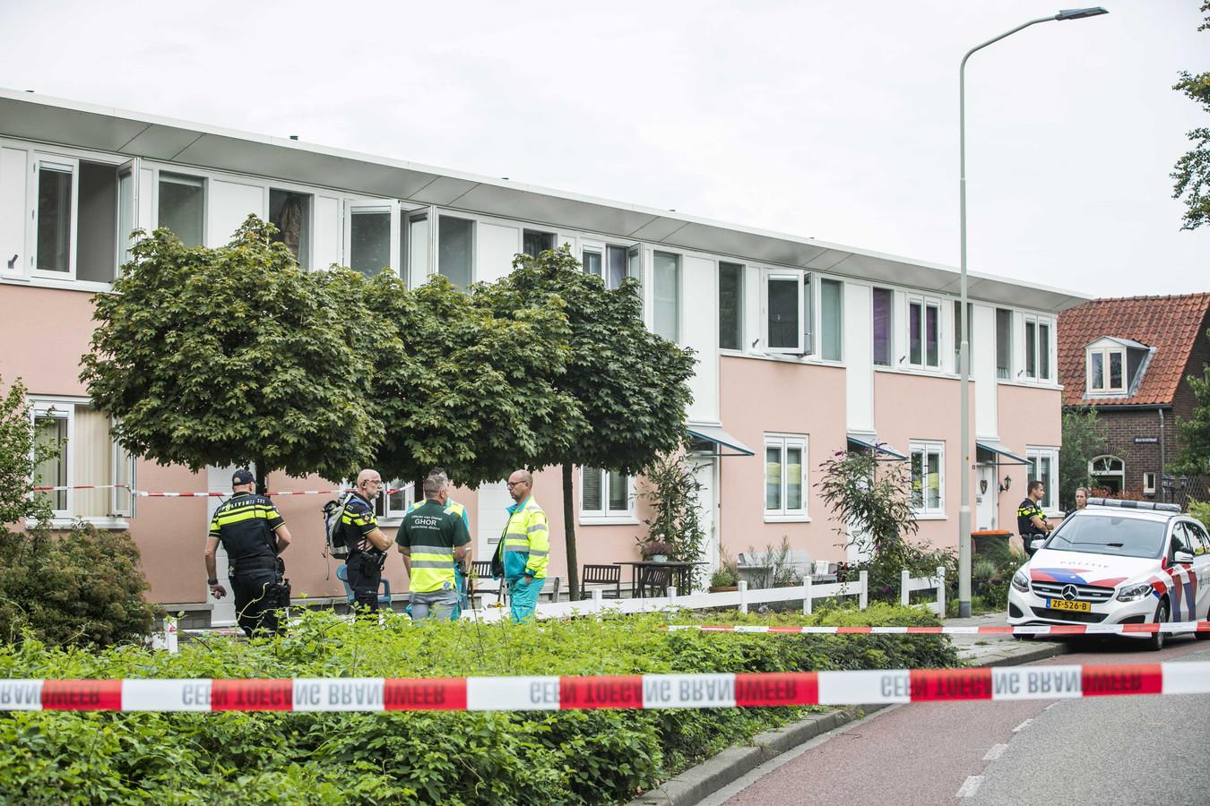 Hulpverleners bij de woning in Doeburg waar een man door koolmonoxidevergiftiging om het leven is gekomen.