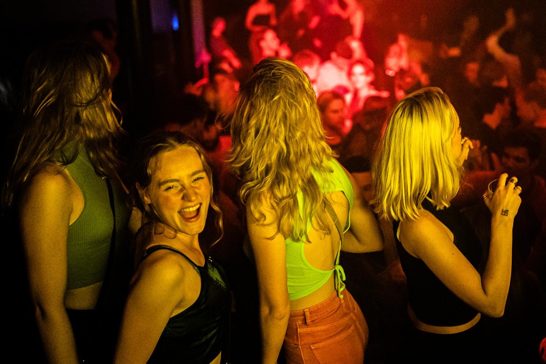 Genieten in nachtclub Bitterzoet in Amsterdam. (In Basis mocht binnen niet worden gefotografeerd). Beeld Joris van Gennip