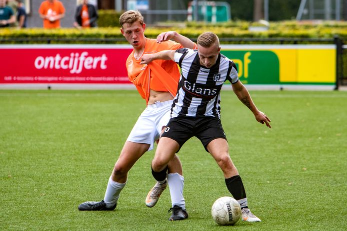 Verdediger Jur Booijink van Broekland had een zware middag tegen buitenspeler Kylion Stelder van De Hoven.