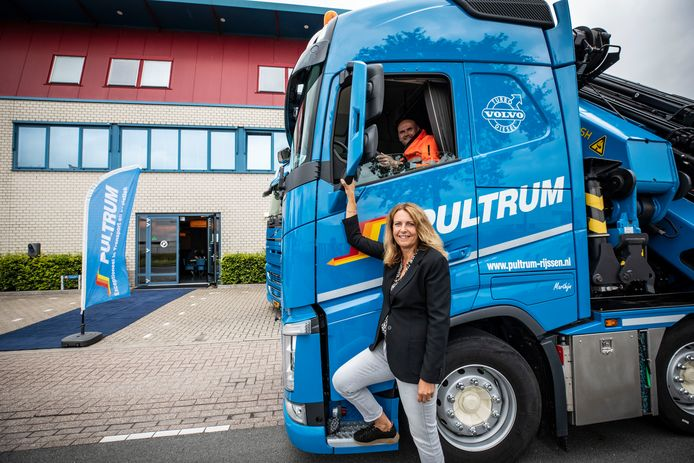 Monique Kappert van Pultrum Transport is tevreden over de belangstelling tijdens de inloop-sollicitatiedag. Achter het stuur zit planner Marc Hilderink.