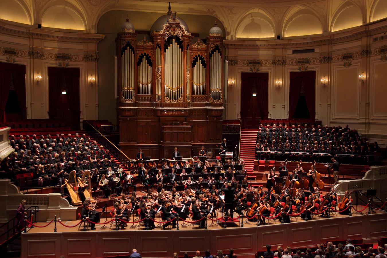 Het Euregio Jeugdorkest tijdens een concert in de Amsterdamse concertzaal.