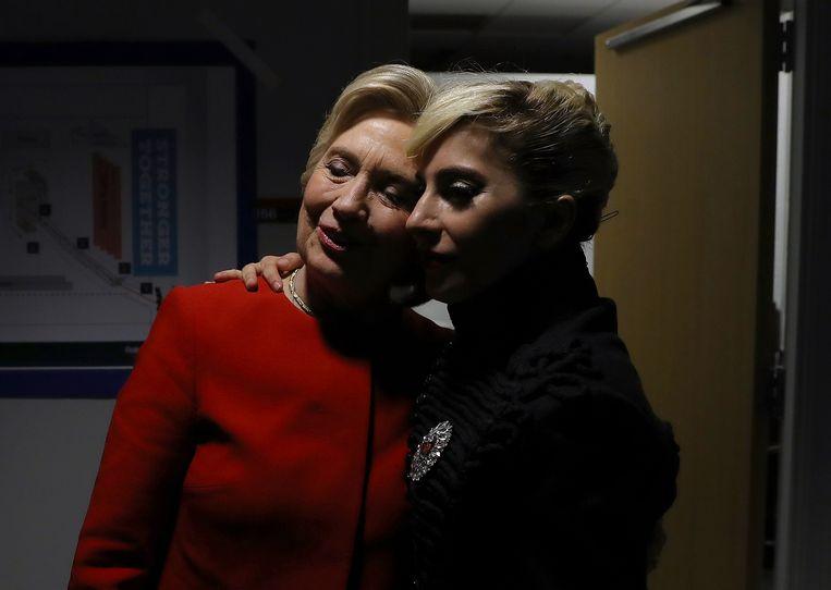 Hillary Clinton backstage met Lady Gaga tijdens haar verkiezingsrally in North Carolina.
