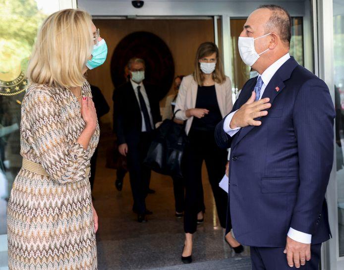 Demissionair minister Sigrid Kaag van Buitenlandse Zaken met haar Turkse ambtsgenoot Mevlut Cavusoglu in Ankara.