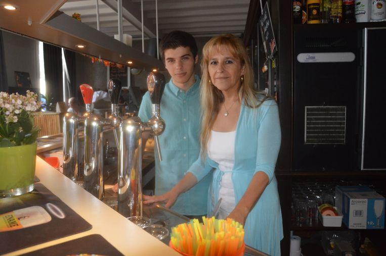 Ingrid en haar zoon Kayël in café De Gouden Koterhaak.