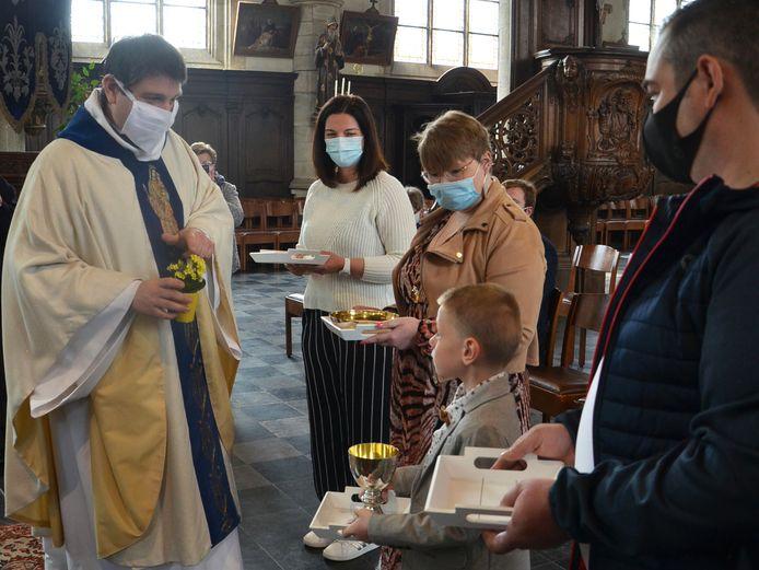 Vince doet zijn eerste communie in de kerk van Appelterre, zonder andere communicanten.