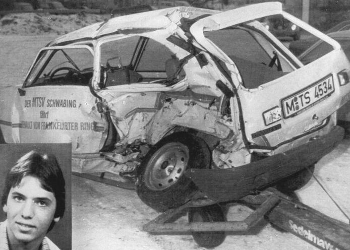 De toentertijd 20-jarige J. Bienert (inzet) en zijn wagen na de botsing. Archieffoto ANP