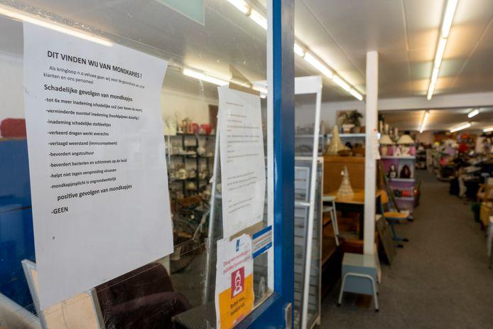 Door de uitspraak van de rechter ziet de voordeur van de kringloopwinkel in Wezep er nu zo uit: een andere kop boven de mening over mondkapjes én een poster toegevoegd, met daarop de mondkapjesplicht.