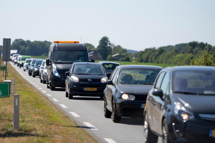 De files tijdens de ochtend- en avondspits op de N35 tussen Nijverdal en Wierden worden steeds langer. Het verleggen en verbreden van dit weggedeelte wordt vertraagd door de stikstofcrisis.