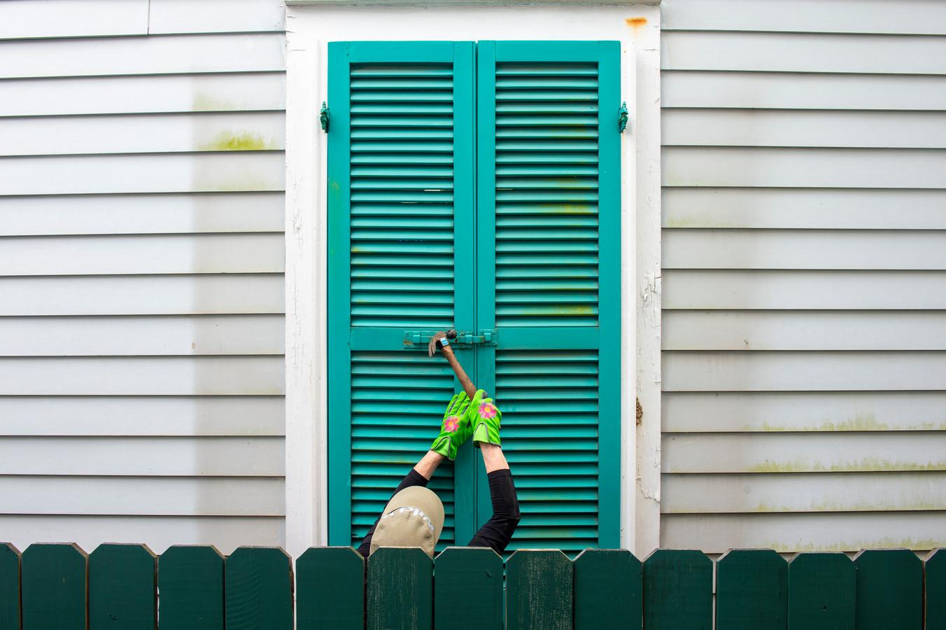 Inwoners van New Orleans sluiten de stormluiken.