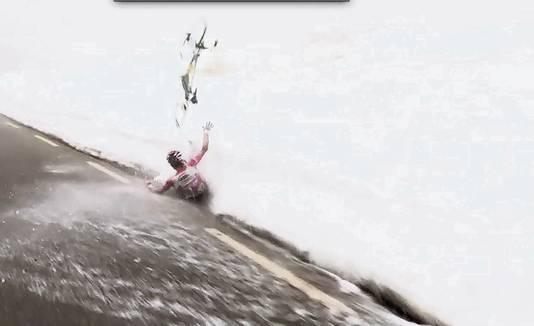 Steven Kruijswijk gaat onderuit in de Giro van 2016.