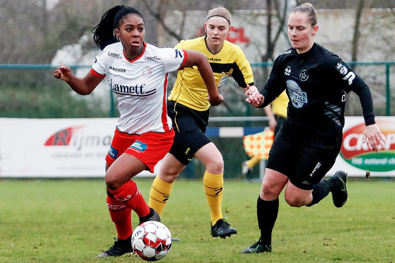 Esther Buabadi (links) is sneller dan Stefanie Deville van Woluwe. De spits van Zulte Waregem was zaterdag één van de vier speelsters die het doelkader viseerde.