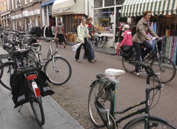 Geparkeerde fietsen in het centrum van Zierikzee. Het is één van de knelpunten waaraan wordt gewerkt
