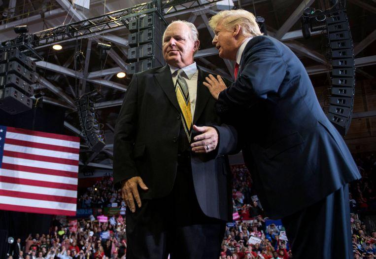 Rush Limbaugh met Donald Trump tijdens een Make America Great Again-rally. Beeld AFP