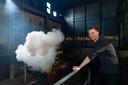 In de Elektriciteits Fabriek is een proefopstelling gemaakt door Berndnaut Smilde die wolken door de ruimte laat zweven.