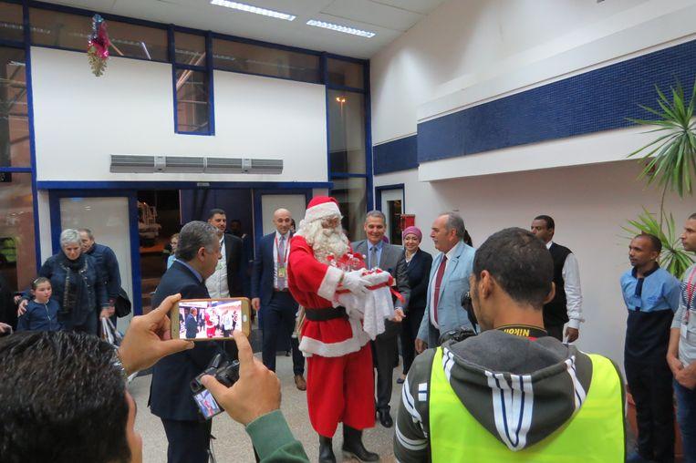 Koen Hallaert speelt kerstman in Egypte en deelt cadeaus uit.
