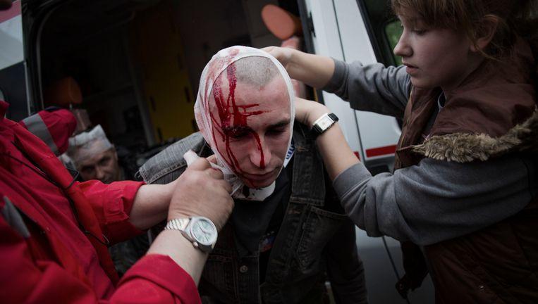 Een pro-Russische activist wordt behandeld aan een hoofdwond. Beeld null