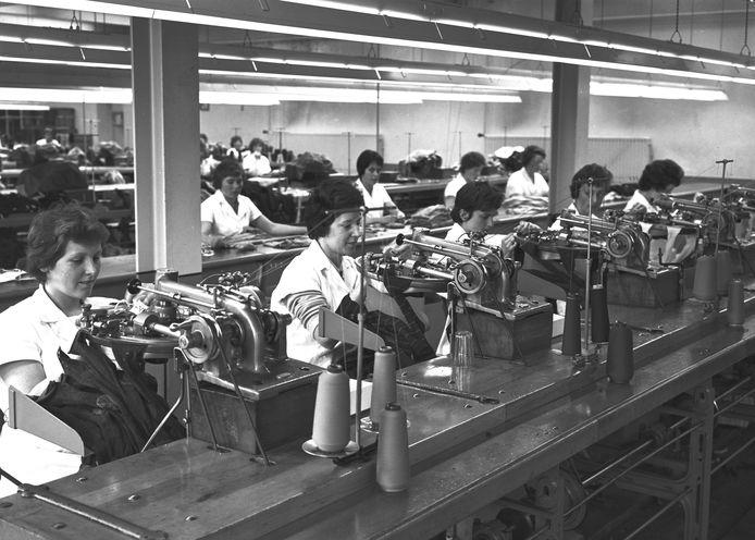 Kousenfabriek Jansen de Wit in Schijndel  wordt ook uitgebreid beschreven op Schijndelwiki. Deze foto is uit de jaren vijftig van de vorige eeuw.