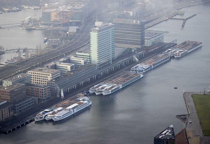 Cruiseschepen liggen aangemeerd bij de huidige Passenger Terminal Amsterdam.
