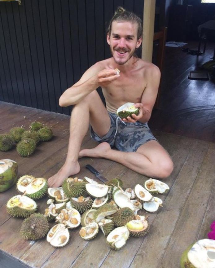 De blonde twintiger Simon Beun uit het Vlaamse Izegem raakte gefascineerd door Tina's levensstijl en besloot het zelf ook te proberen.
