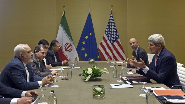 De Amerikaanse minister van Buitenlandse Zaken John Kerry (rechts) in gesprek over het Iraanse atoomprogramma met onder anderen zijn Iraanse collega Mohammad Javad Zarif in Genève (links). Beeld afp