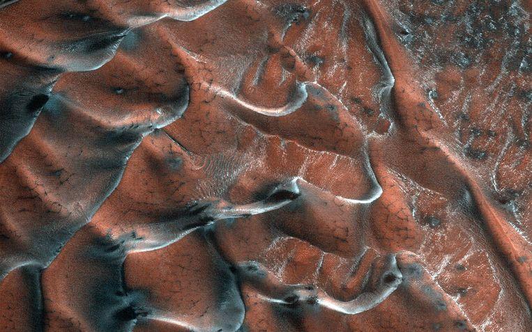 Een recent beeld van een veld ijzige zandduinen op het Marsoppervlak. Beeld BELGA