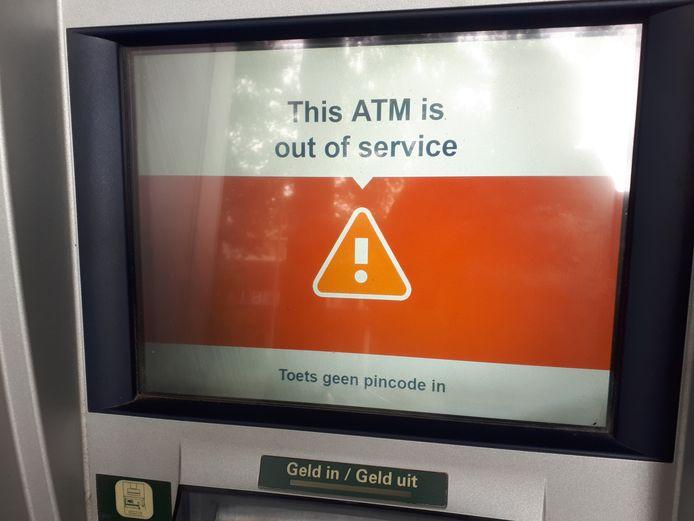 Deze automaat van ABN-AMRO aan de Raadhuislaan in Oss is sinds maandagmiddag weer in gebruik.