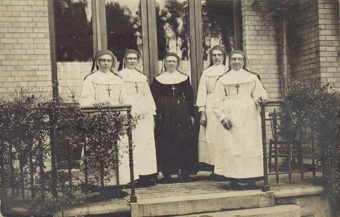 Een archiefbeeld van de ziekenzusters in het Seuchenlazarett in de Gentseheerweg tijdens de Eerste Wereldoorlog.